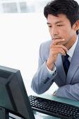 Portret van een kantoor werknemer met behulp van een monitor — Stockfoto