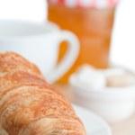 与咖啡果酱和牛角面包早餐 — 图库照片