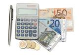 наличные деньги и монеты с ручкой и карманный калькулятор — Стоковое фото