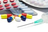 Pillen und serynge — Stockfoto