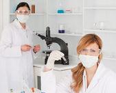 Stereotyp i ciemnych włosach naukowcom przeprowadzania experime — Zdjęcie stockowe
