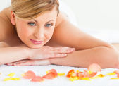 Bella donna dai capelli biondi felice mentre sdraiato — Foto Stock