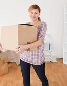Donna carina che trasportano scatole di cartone — Foto Stock