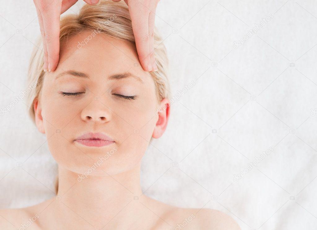 人上按摩她的脸上