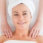 Beautiful woman enjoying a shoulder massage — Stock Photo