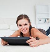 Süße frau, die arbeitet auf ihrem tablet pc — Stockfoto