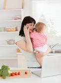 Mooie brunette vrouw op de telefoon terwijl haar baby in haar — Stockfoto