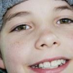 gros plan de mignon jeune garçon adolescent en souriant de chapeau — Photo
