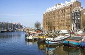 オランダの運河沿いの古典的なアムステルダムの眺め — ストック写真