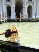 The ornament on the boat gondola, Venice — Stockfoto
