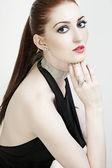 Retrato de moda de una hermosa mujer en sexy vestido negro — Foto de Stock