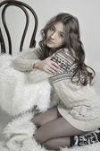 πορτρέτο του ένα όμορφο κορίτσι σε ένα ζεστό πουλόβερ στην κουβέρτα — Φωτογραφία Αρχείου