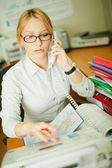 Beschäftigt büroangestellter — Stockfoto
