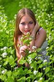 Portrait eines Mädchens in grüne Gras — Stockfoto