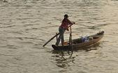 žena na člunu, mekong, vietnam — Stock fotografie