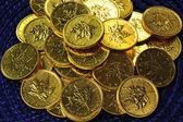 золотые монеты на синем фоне — Стоковое фото