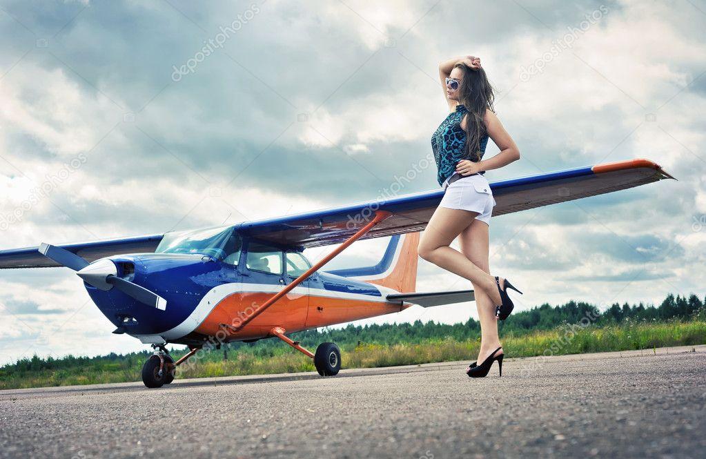 Девушка в кабине самолета фото
