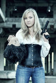 Woman with pistol in her hand — Stockfoto