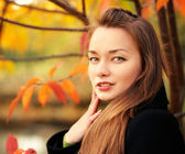 Portrait of beautiful girl outdoors in autumn — Stock Photo