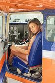 Kvinna i flygplan kabinen — Stockfoto