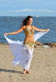 Schöne frau in weißen indischen kleid — Stockfoto