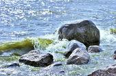 Kaya tarafından acele okyanus su — Stok fotoğraf