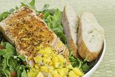 Lachs auf salat — Stockfoto
