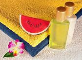 Jabón, champú, gel de ducha y toallas — Foto de Stock