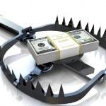 concept de risque de finances. les billets de dollar sur bear trap — Photo