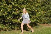 Meisje running scared — Stockfoto