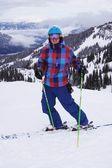 молодой человек лыжи — Стоковое фото
