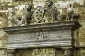 Archway with stone lions, Montepulciano — Stock Photo