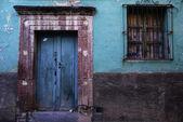 Rustik renkli kapı şehir san miguel de allende, mexic — Stok fotoğraf
