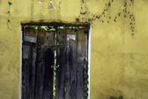 Rustic door, yellow wall, Antigua, Guatemala. — Stock Photo