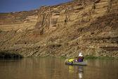 Man paddla kanot i öknen canyon floden — Stockfoto