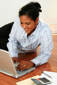 Frau am computer — Stockfoto