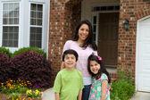 Familj utanför — Stockfoto
