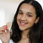 tonåring äta chip — Stockfoto
