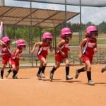 flicka spela softball — Stockfoto
