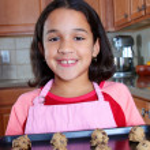 flicka med cookies — Stockfoto