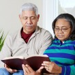 Senior Hipanic Couple Reading Bible — Stock Photo