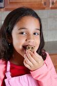 Dívku jíst těsta — Stock fotografie