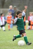 Młoda dziewczyna gry w piłkę nożną — Zdjęcie stockowe