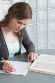 Kvinnlig student som studerar — Stockfoto