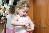 Bambino con bottiglie di profumo — Foto Stock