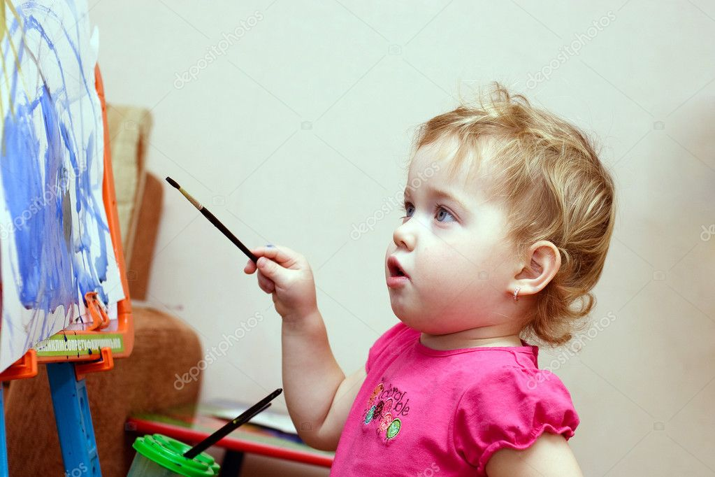Adorable little girl drawing artwork — Stock Photo #10020626