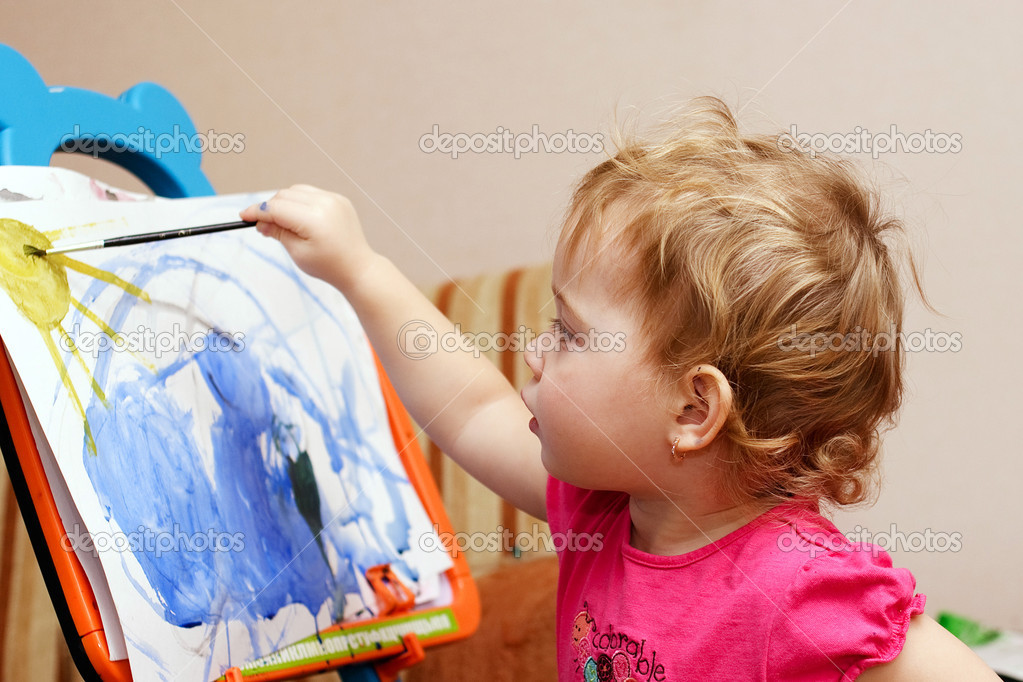 Adorable little girl drawing artwork — Stock Photo #10020635