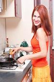 Jeune femme de cuisine — Photo