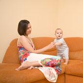 立つことを学習赤ちゃん — ストック写真
