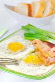 与培根和煎的鸡蛋早餐 — 图库照片